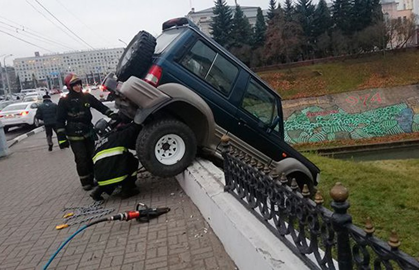 ДТП в Витебске: джип повис на ограждении возле реки