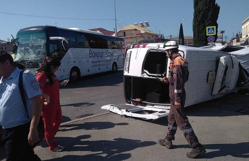 Два туристических автобуса столкнулись в Сочи, есть пострадавшие