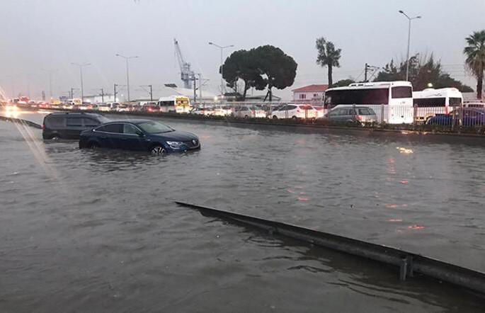 Наводнение в Измире: затоплены более полутора тысяч домов, есть жертвы