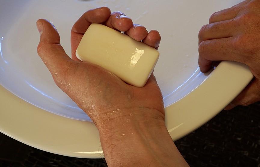 Как надо мыть руки, чтобы не заразиться коронавирусом, рассказал премьер Британии