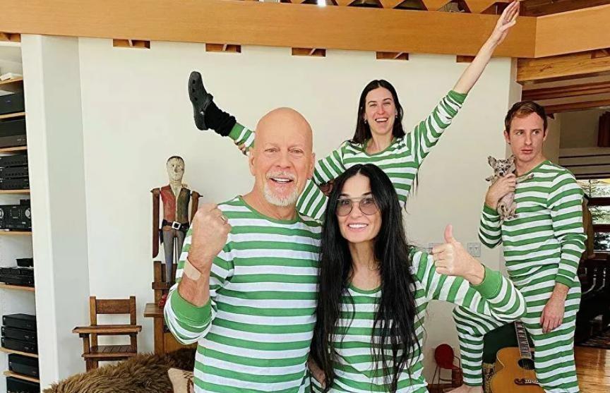 Брюс Уиллис и Деми Мур устроили семейную фотосессию