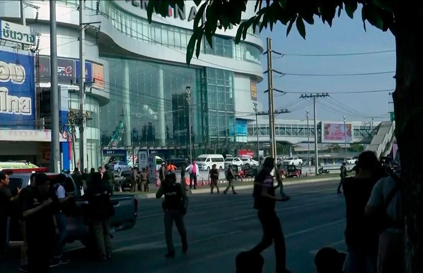 26 убитых и 60 раненых. Что известно о военном, который стрелял по посетителям торгового центра в Таиланде