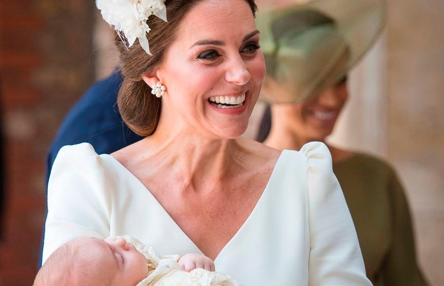 Принц Уильям и Кейт Миддлтон опубликовали фото младшего сына в его первый день рождения