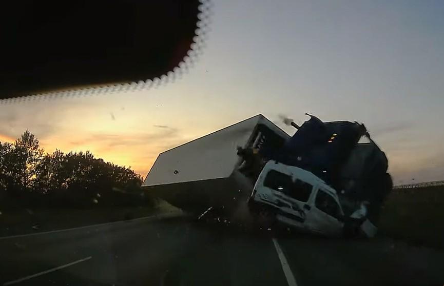 Видео  массовой смертельной аварии в России: фура из Беларуси смяла под себя Citroеn и столкнулась с Opel