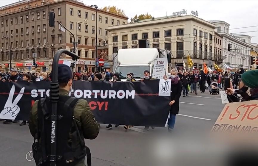 В Польше люди требуют предоставить убежище мигрантам