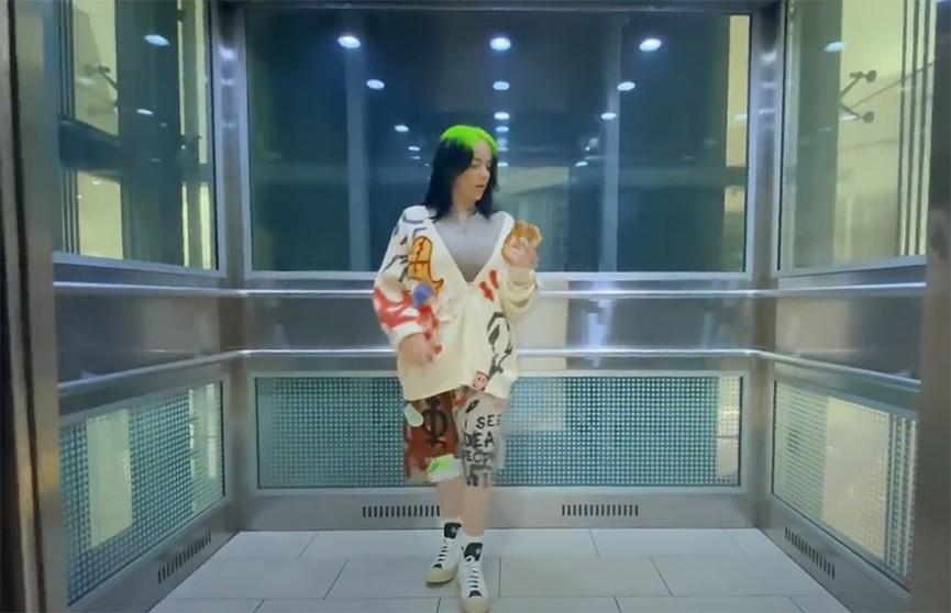 Билли Айлиш выпустила новый клип, в котором она гуляет по безлюдному торговому центру