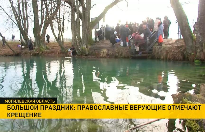 Крещение Господне: для чего православные верующие окунаются и пьют святую воду?