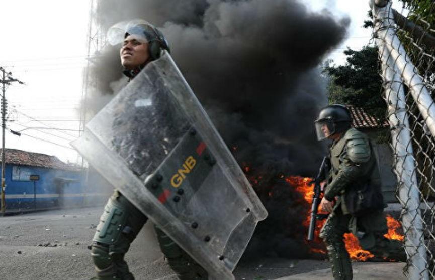 Власти Венесуэлы разворачивают армию на границе с Колумбией