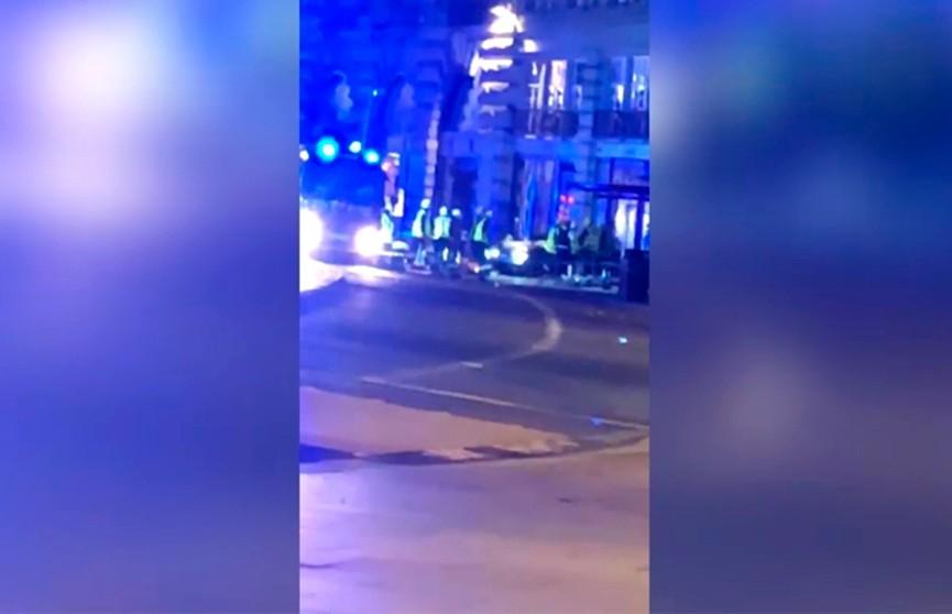 ЧП в Лондоне: автомобиль врезался в остановку