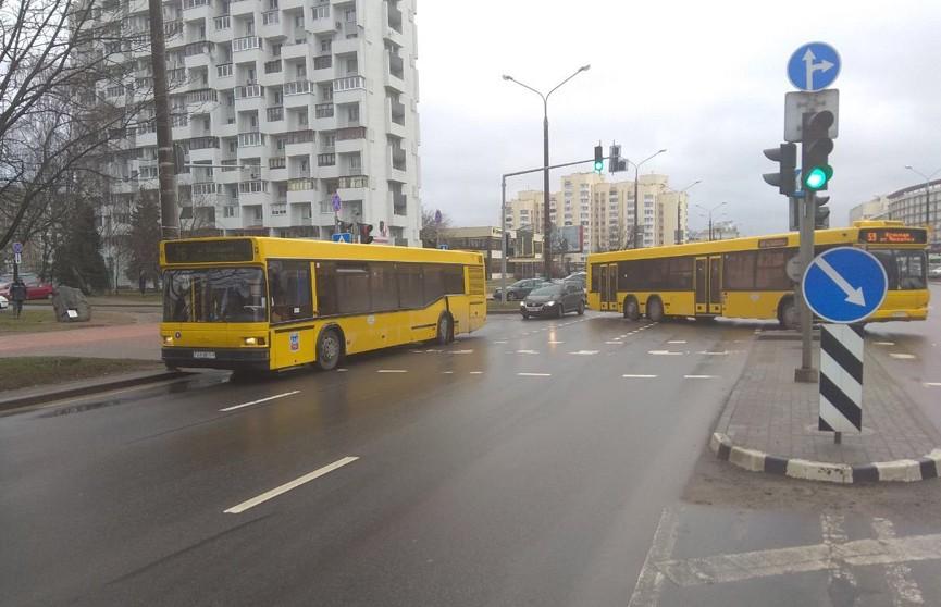 Два автобуса столкнулись в центре Минска – движение транспорта затруднено