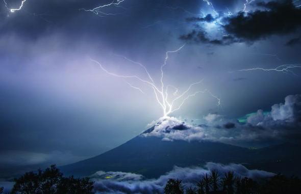 Фотофакт: удар молнии в вершину вулкана в Гватемале попал на снимок