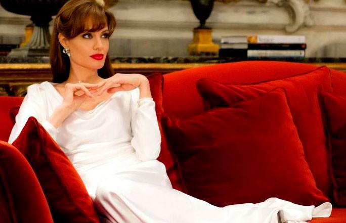 Анджелина Джоли впервые показала свой роскошный особняк (ВИДЕО)