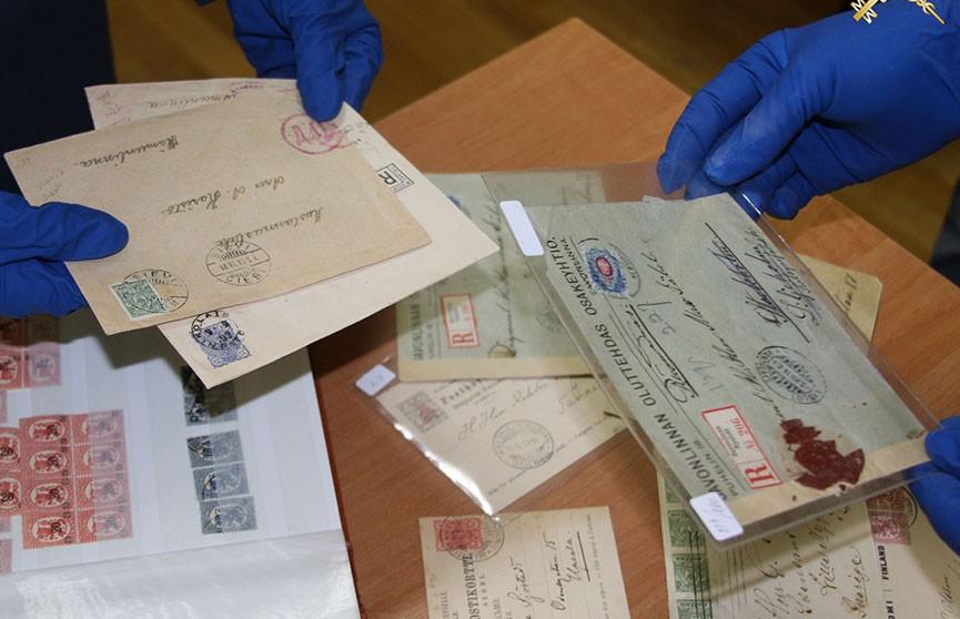 На белорусско-латвийской границе таможенники изъяли у эстонца тысячи раритетных марок и конвертов