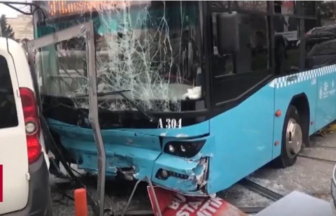 Автобус протаранил остановку с людьми в Стамбуле: есть раненые