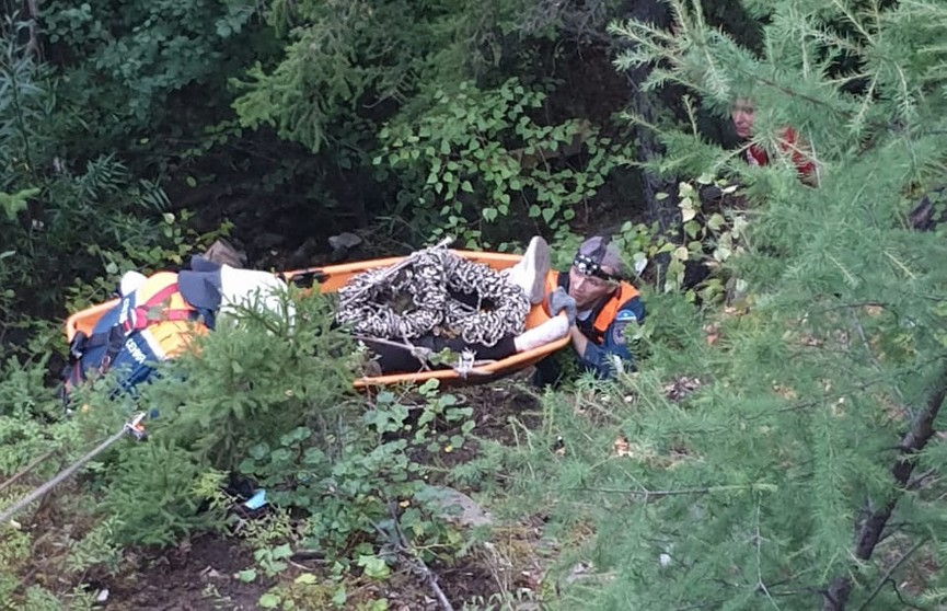 Девушка упала с 50-метровой скалы и выжила