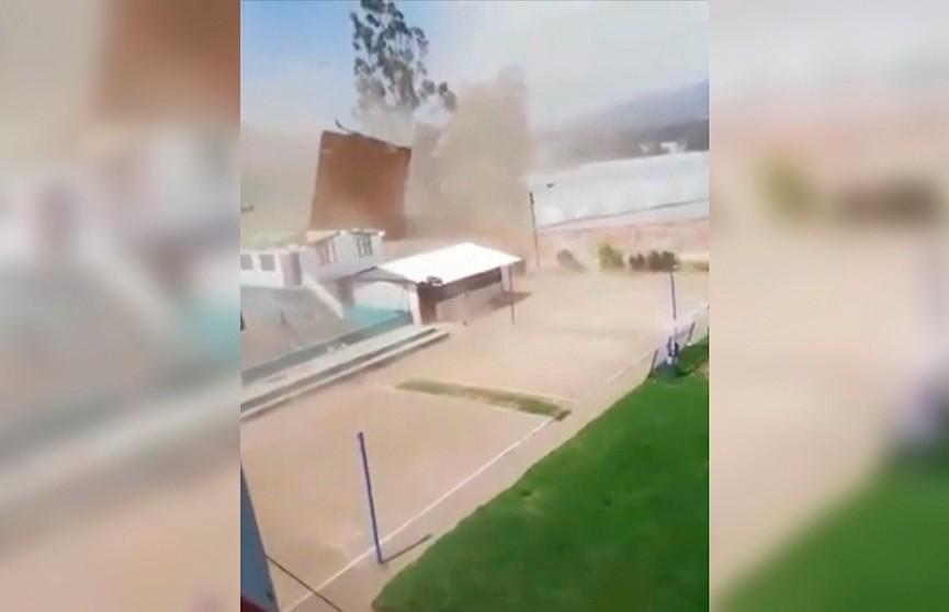 Видеофакт: во время футбольного матча  на поле появился торнадо