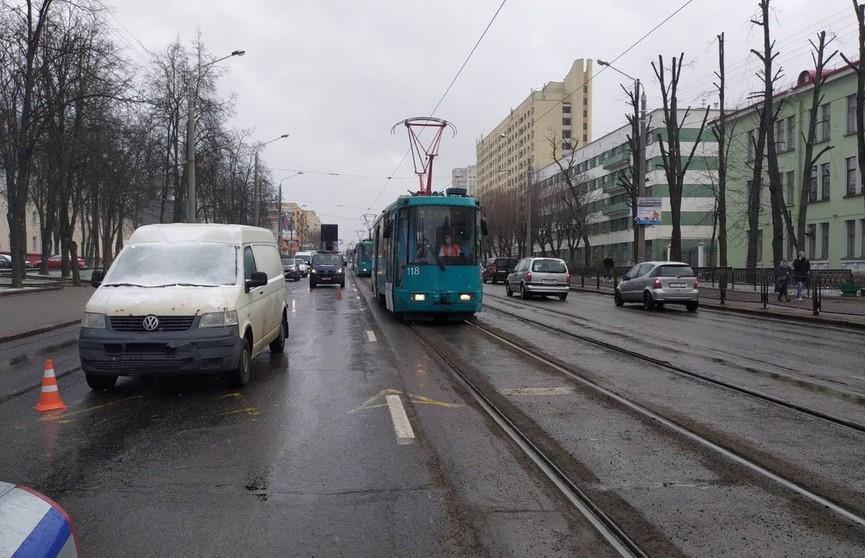Женщину в Минске сбила машина, когда она вышла из трамвая