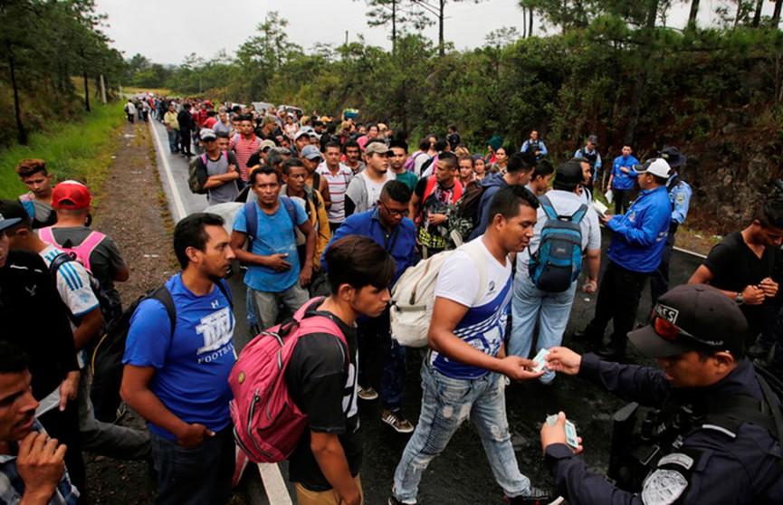 Караван мигрантов из Гондураса движется в США: более 2,5 тысяч километров пешком