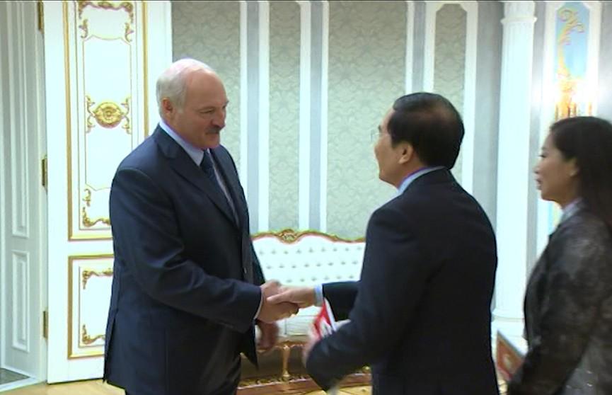 Александр Лукашенко встретился с послом Вьетнама Ле Анем