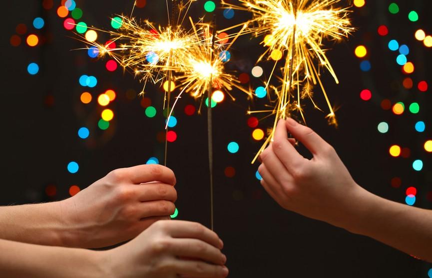 Как провести новогодние праздники с семьей, друзьями и вдвоем