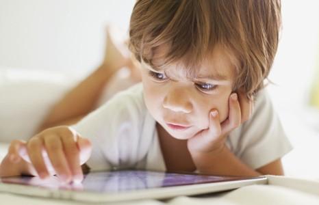 Подросток оставил заряжаться на ночь планшет и прожёг кровать