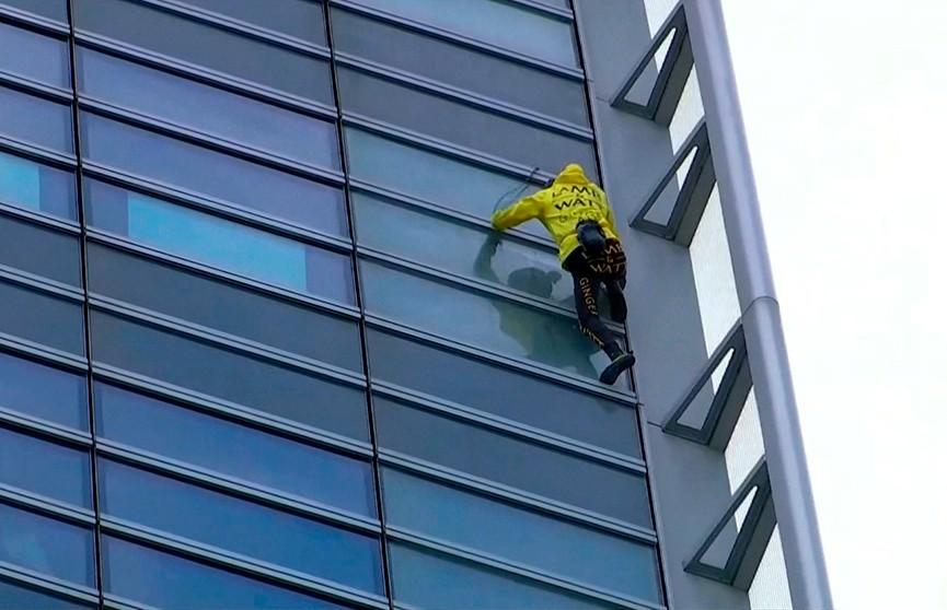 Скандальный «человек-паук» вновь забрался на небоскрёб в Париже