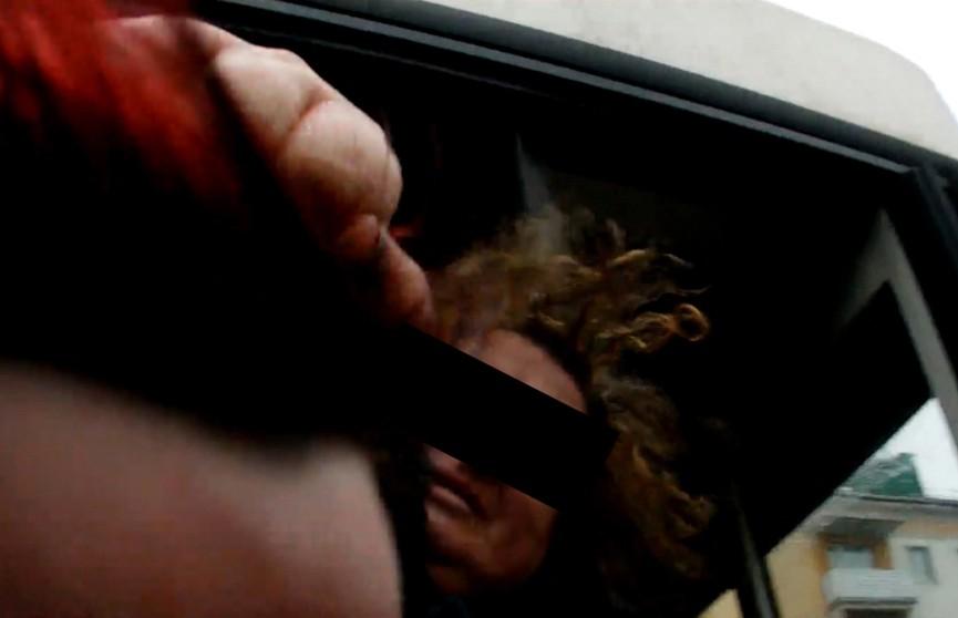 Появилось видео, как безбилетница схватила за волосы контролёра и несколько раз ударила рукой