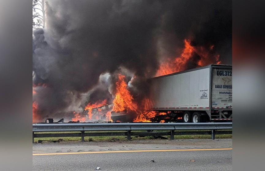 В США после массовой аварии вспыхнул пожар