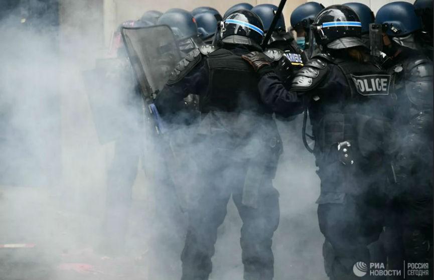 Протесты в Париже: полиция применила слезоточивый газ, задержано 22 человека