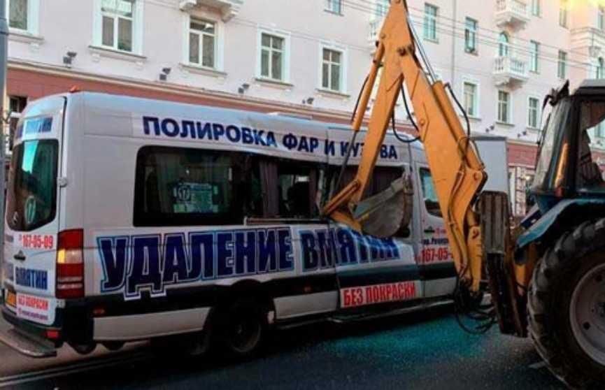Ковш экскаватора упёрся в маршрутку в Гомеле