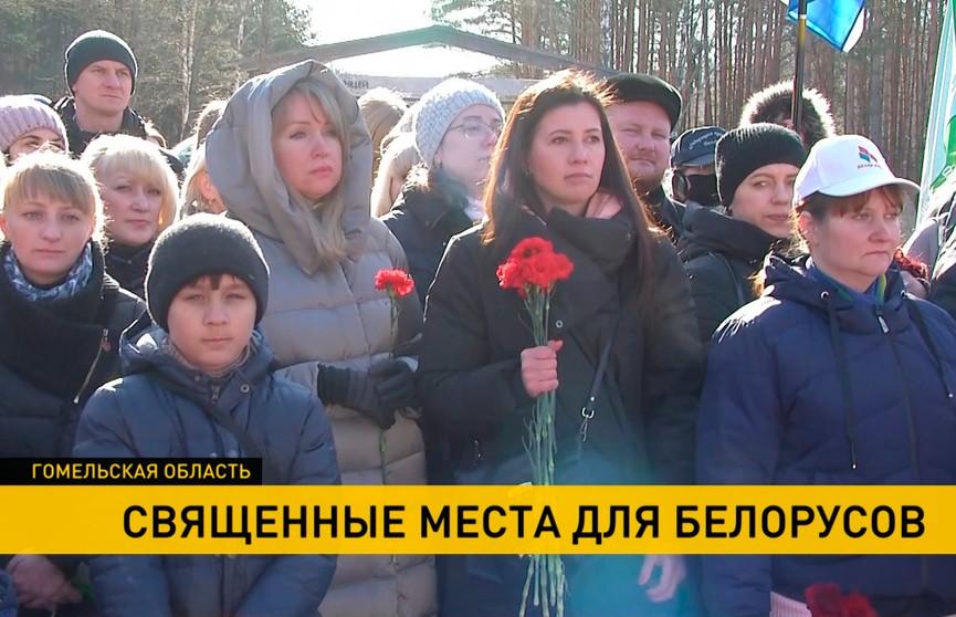«Мы обязаны это помнить и передать детям». Акции всенародной памяти в местах сожженных в годы войны деревень проходят в Беларуси