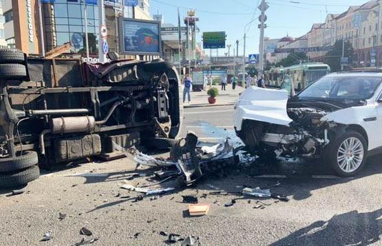 ДТП в центре Минска: внедорожник столкнулся с грузовиком