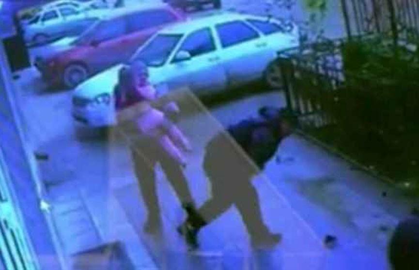 Прохожие поймали девочку, выпавшую из окна пятого этажа в Махачкале