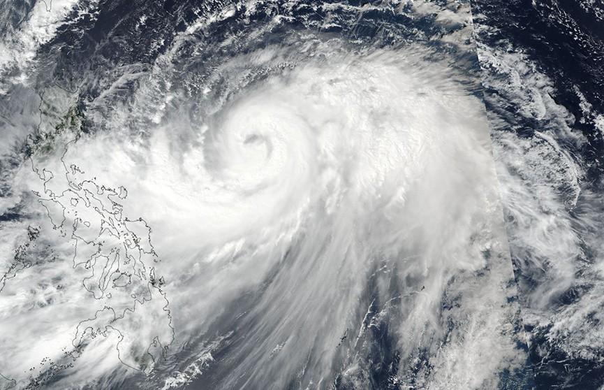 Чрезвычайно сильный тайфун в Японии: более 200 авиарейсов отменили