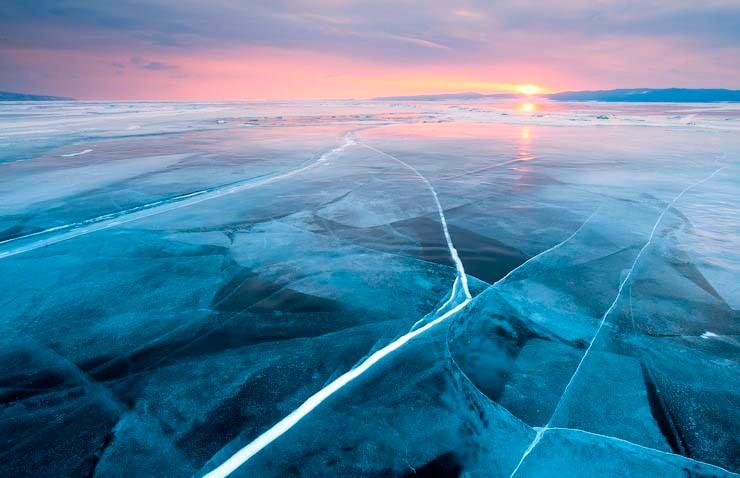 Автомобиль с пятью детьми провалился под лёд в Якутии