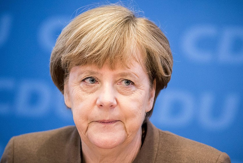 Меркель не заметила ступеньки и упала со сцены конференции в Берлине