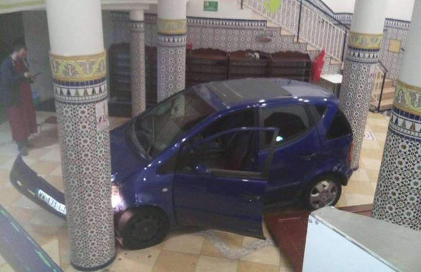 Машина протаранила двери мечети во Франции