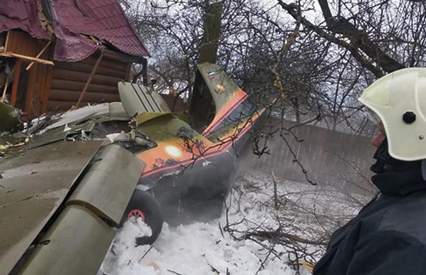 Легкомоторный самолёт упал на дачный дом в Подмосковье