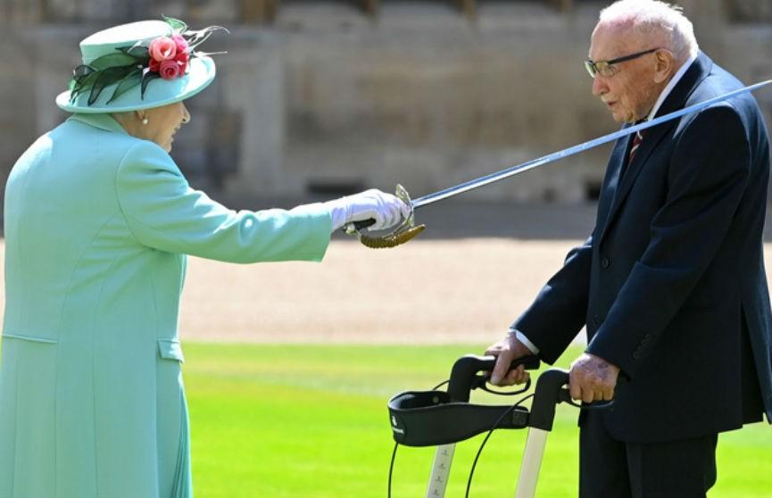 Елизавета II посвятила в рыцари столетнего дедушку, собравшего для медиков более 32 миллионов фунтов