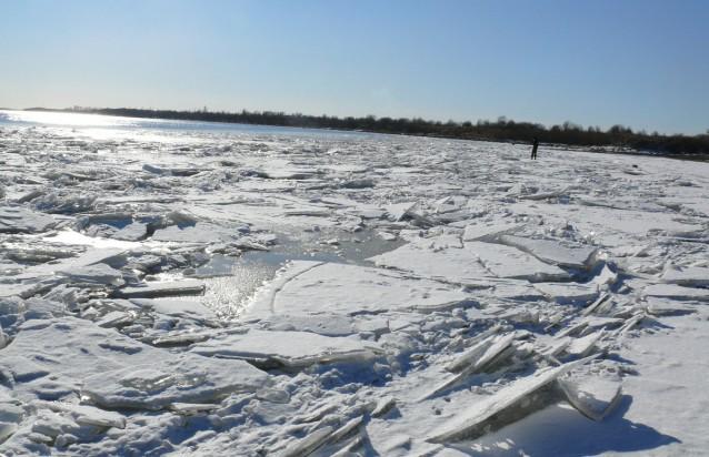 Два автомобиля с рыбаками провалились под лёд под Хабаровском, есть погибшие
