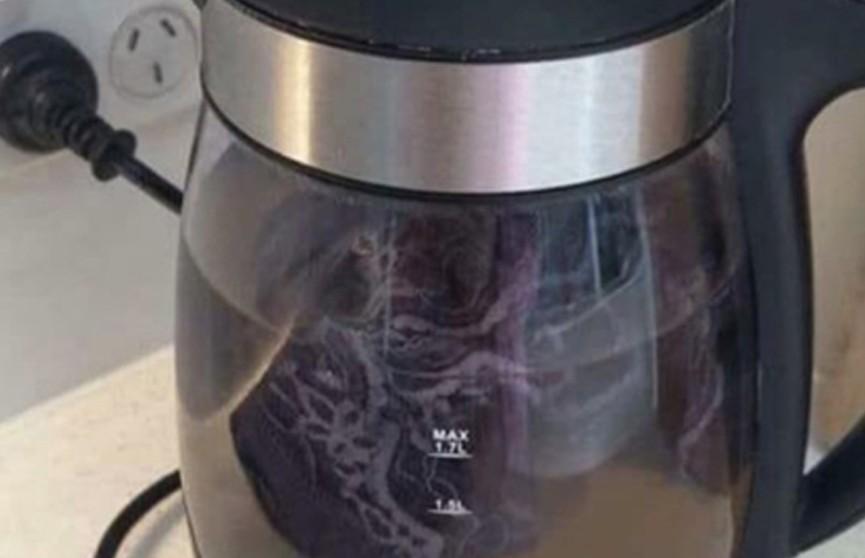 Девушка постирала белье в чайнике и возмутила пользователей Сети