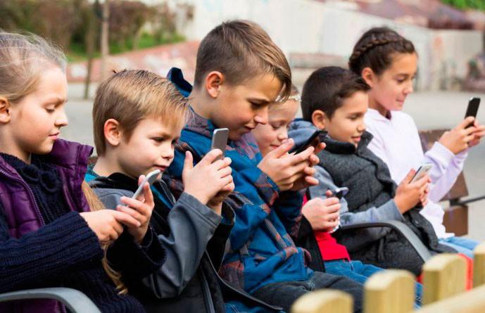Тревожные расстройства и не только: чем смартфоны опасны для детей?