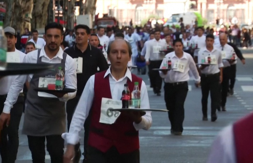 Забег официантов состоялся в Буэнос-Айресе
