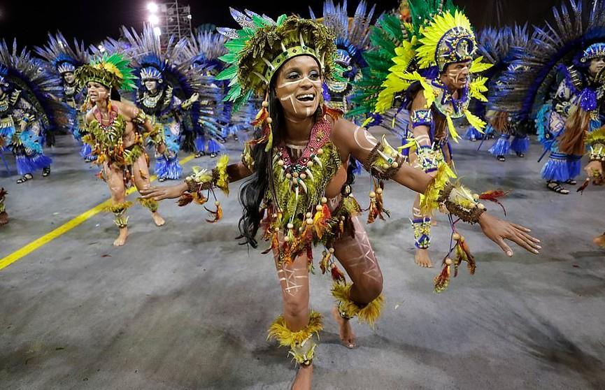 Карнавал проходит в Рио-де-Жанейро: яркие костюмы, зажигательные танцы, музыка и безудержное веселье
