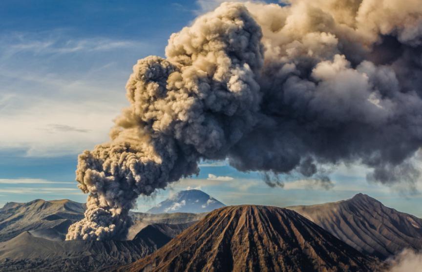 Вулкан Шивелуч на Камчатке выбросил столб пепла на 10 км
