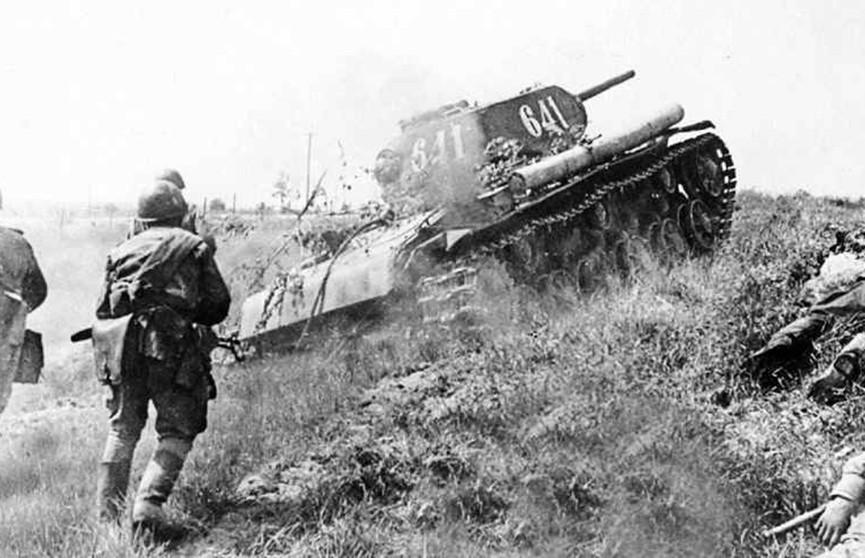 Александр Лукашенко поздравил ветеранов с 75-летием победы в Курской битве