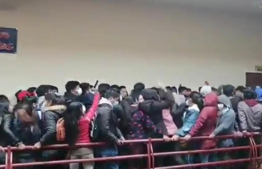 В университете Боливии из-за давки сломалось ограждение на четвертом этаже: погибли пять человек
