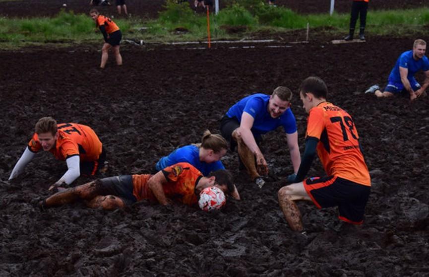 Игра, которая затягивает: в России провели футбольный матч на болоте