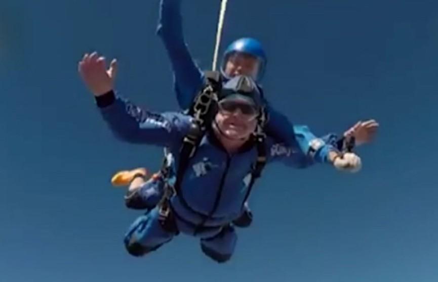 Британец отпраздновал столетний юбилей прыжком с парашютом