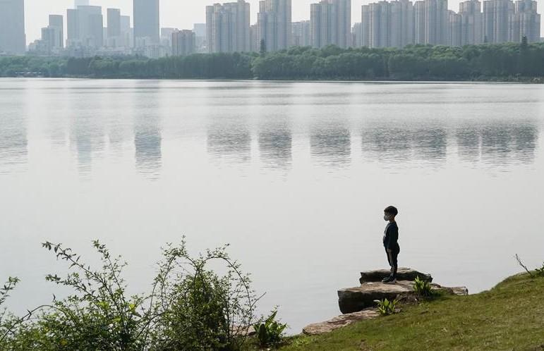 ФОТОФАКТ: как китайский Ухань возвращается к обычной жизни